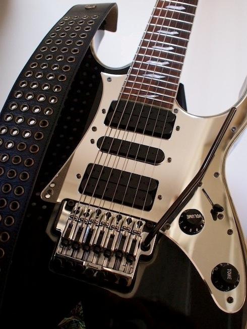 Ремень Dunlop BMF на гитаре Ibanez UV777BK Universe