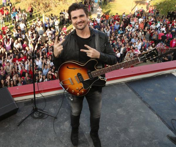 Певец Juanes с гитарой Gibson ES-330