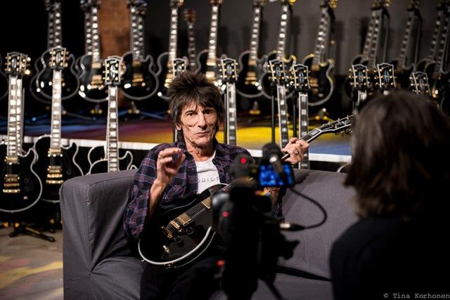 Рон Вуд с новой гитарой от Gibson